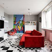 Красный диван в гостиной квартиры панельного дома