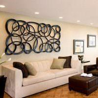 Оригинальный декор стены над диваном