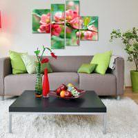Яркая модульная картина над серым диваном