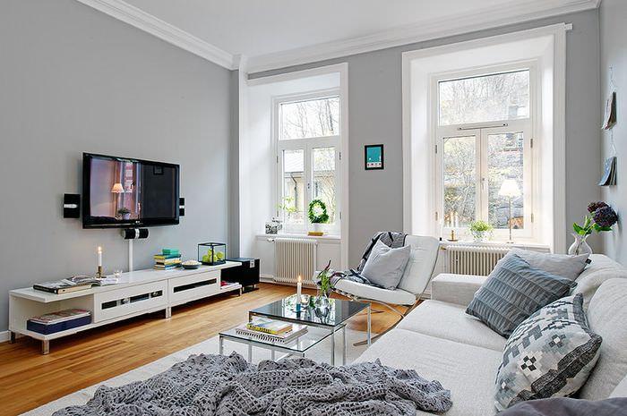 Черная телевизионная панель на светло-серой стене гостиной
