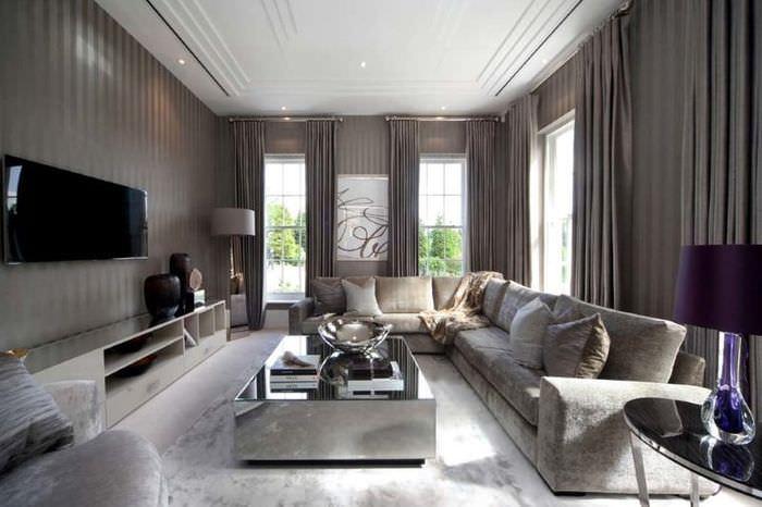 Интерьер угловой гостиной с серыми шторами
