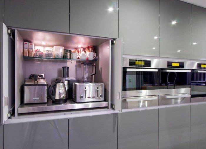 Серые кухонные шкафы со встроенной бытовой техникой