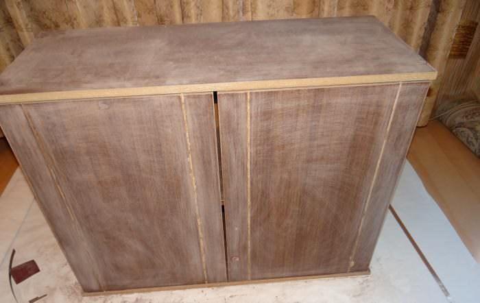 Зачистка лакированного покрытия на шкафе из ДСП
