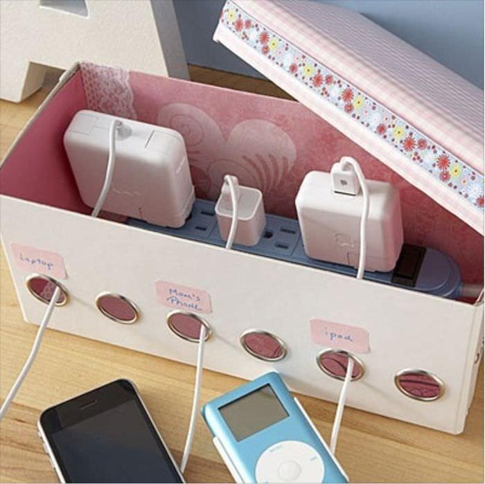 Коробка с зарядками для мобильных гаджетов