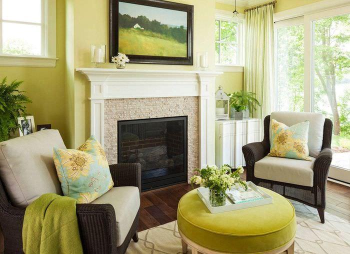 Интерьер гостиной с камином в частном доме