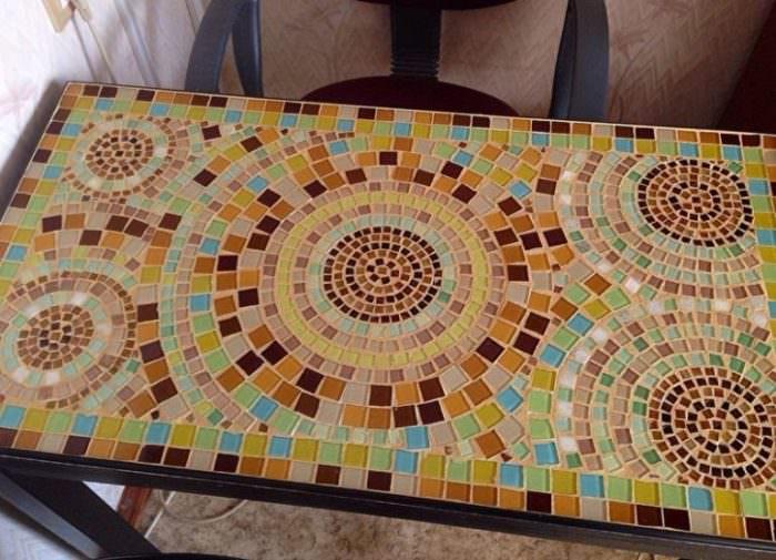 Кухонный стол из мозаики.