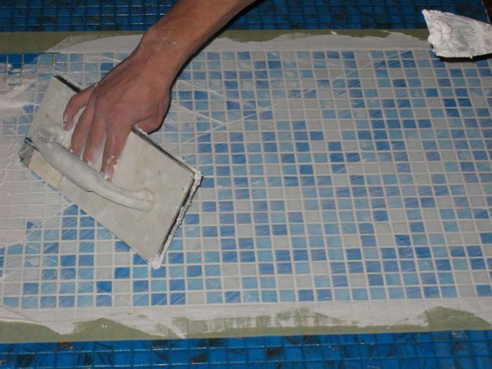 Очистка клея на плитке.