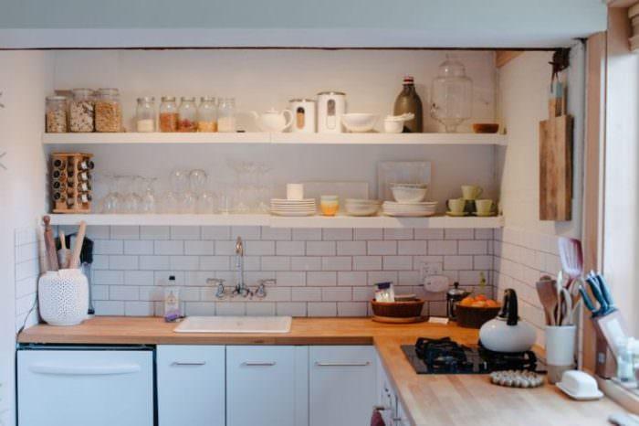 Открытые полки на кухне дизайн.