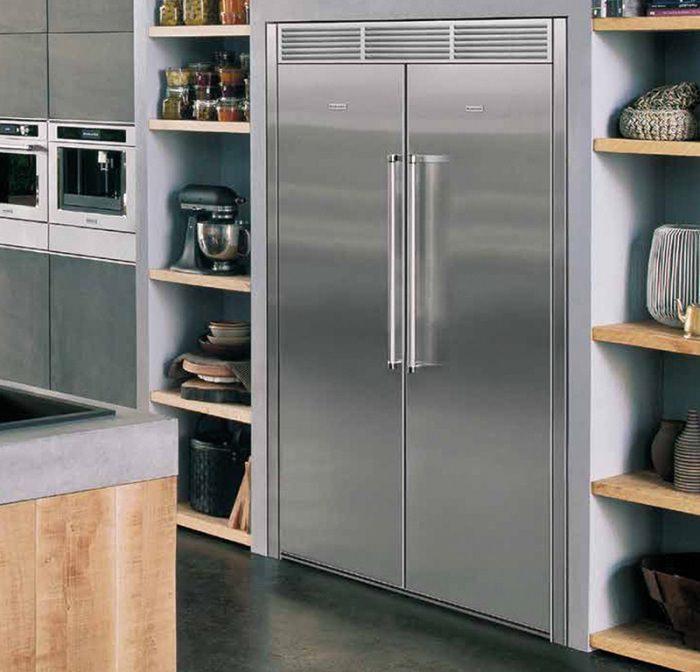 Двухкамерный встроенный холодильник.