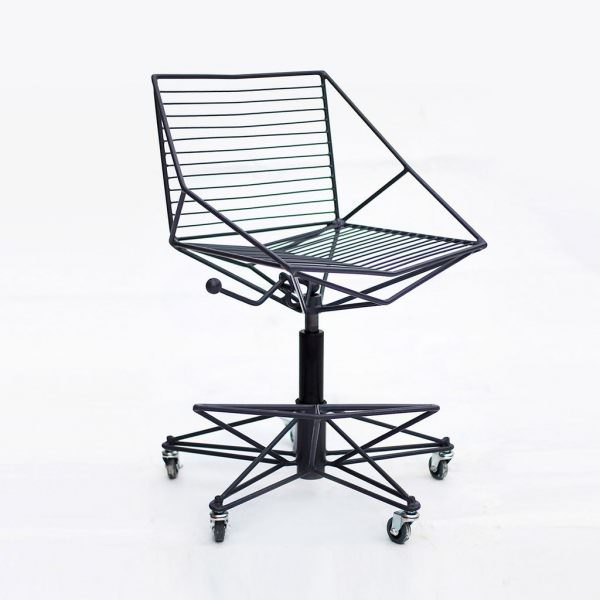 Металлические барные стулья прочные и надежные, однако боятся влаги