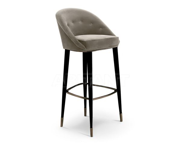 Барный стул с 4-мя ногами более устойчивый и удобный