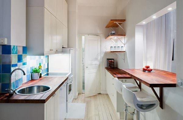 Барная стойка из дерева на маленькой кухне