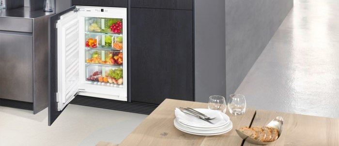 Встроенный и обычный холодильник.