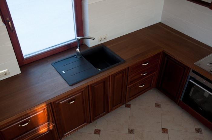 Кухня с дубовой столешницей.