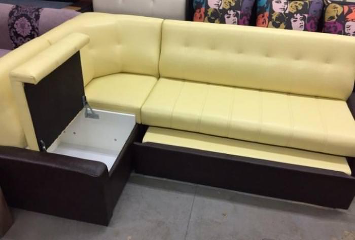 Желтый диван раскладной.