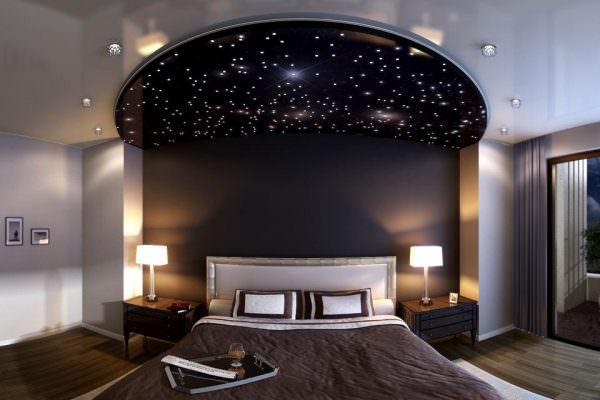 Спальня с потолком в виде звездного неба