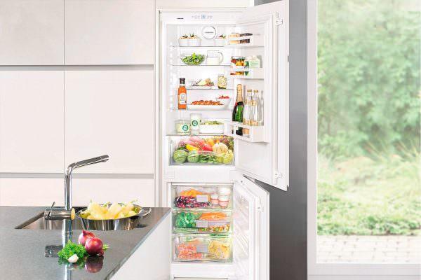 При сухой заморозке на продуктах и внутри морозильных контейнеров не появляется лишнего снега.