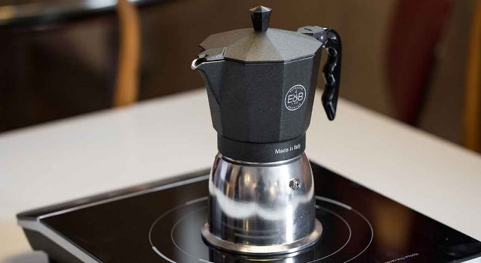 кофемашина на кухне.