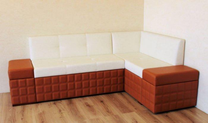 Угловой диван из искусственной кожи.