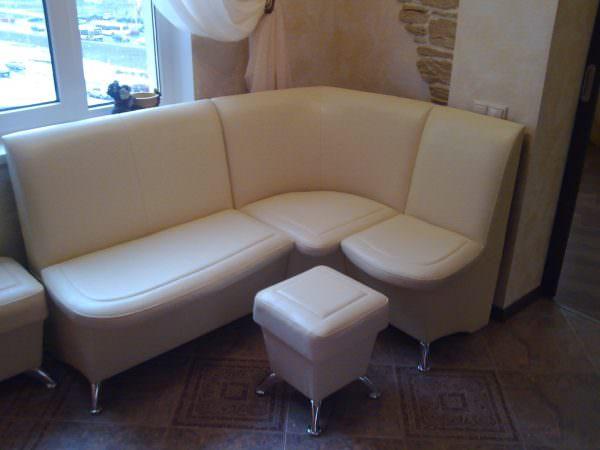 кожаный угловой диван в кухонном интерьере смотрится стильно и