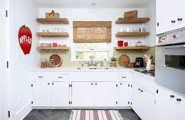 Дизайн кухни с открытыми полками.