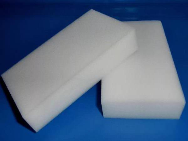 Для того, чтобы эффективно избавляться от раздражающих пятен и грязи на стеклокерамике, следует применять специальную меламиновую губку