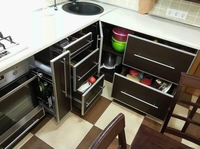 Хранение вещей в шкафах кухонной мойки.