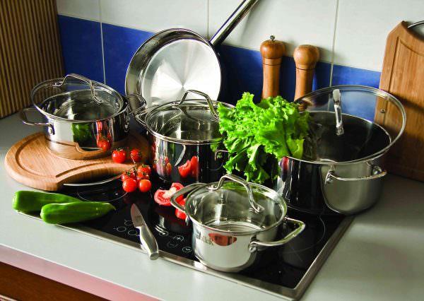 Наиболее оптимально использовать для готовки на керамической плите кухонную посуду из нержавейки или с покрытием эмалью.