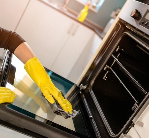 Натирание духовки соком лимона- тоже отличный вариант избавления от запаха