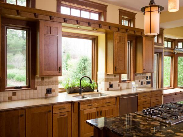 Если оконные рамы деревянные, зимой цветам наоборот холодно, в этой ситуации особо теплолюбивые могут погибнуть от холода. Поэтому окна необходимо утеплять.