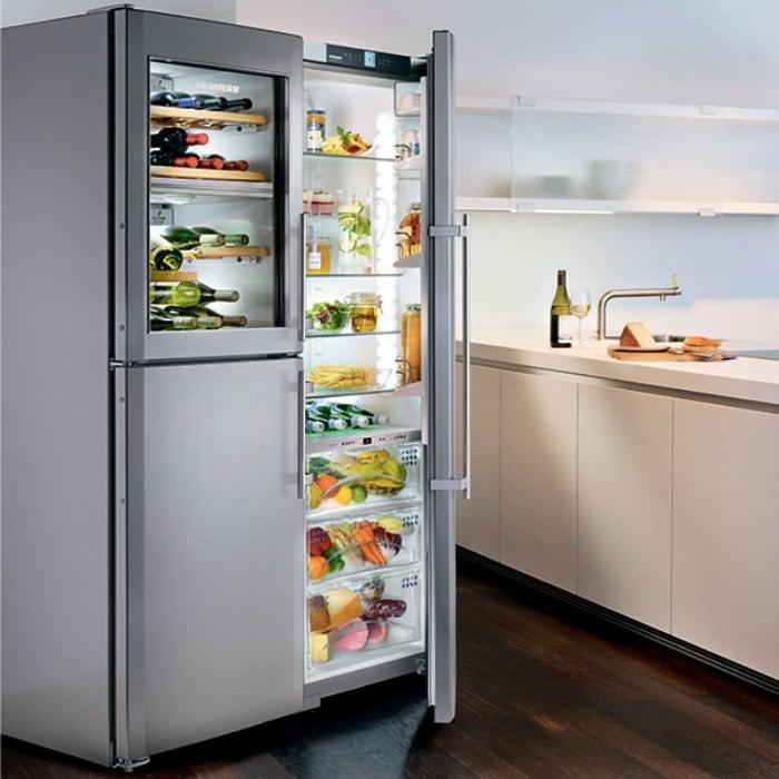 Современный холодильник на кухне.