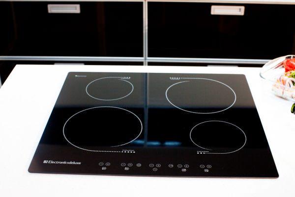 Правильный уход позволит поддерживать плиту со стеклокерамической поверхностью в идеально чистом виде.