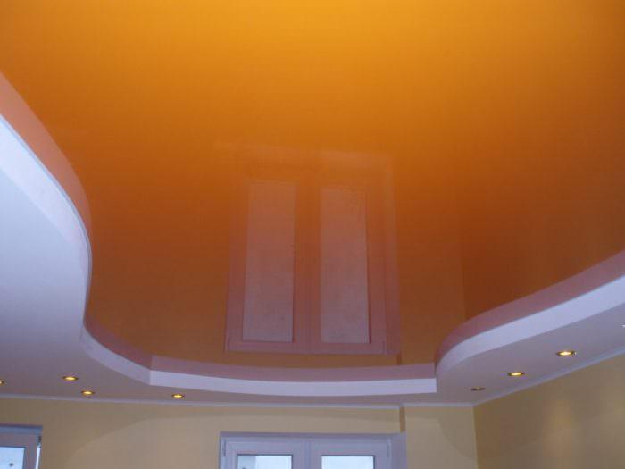 Оранжевый цвет на потолке.