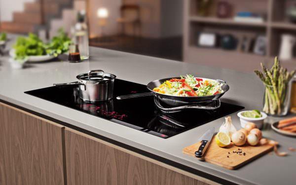 Посуда, которая ставится на стеклокерамическую поверхность, должна быть обязательно сухой и не иметь на своей поверхности капель воды.