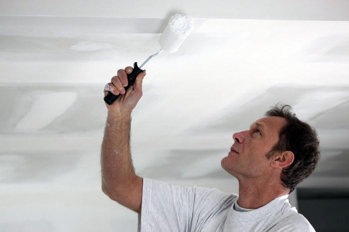 Покраска потолка на кухне.