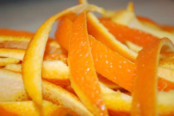 Апельсиновые корочки отличн убирают запахи в духовке