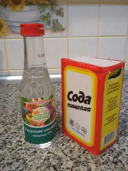 Прежде чем прибегать к помощи дорогих химических средств для очистки, можно попробовать народные методы, такие как сода и уксус.