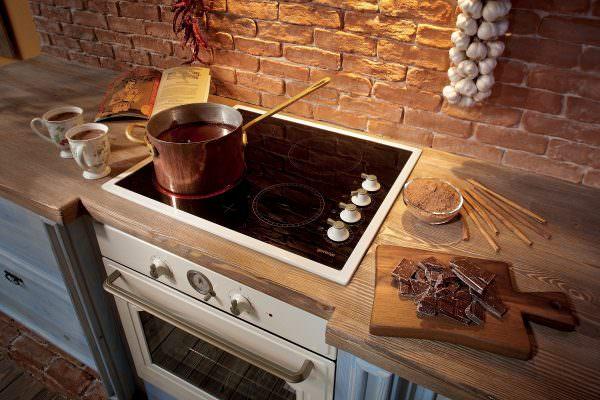 Чтобы плита всегда была чистой, необходимо закрывать крышкой посуду, которая на ней стоит