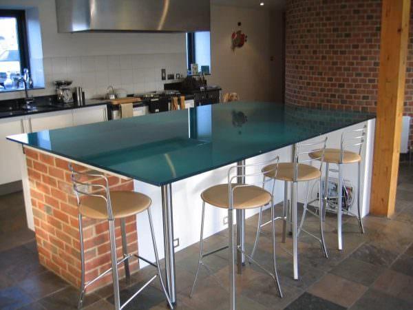 Оригинальная барная стойка, выполненная из стеклоблоков, украсит интерьеры в стиле хай-тек, модерн.