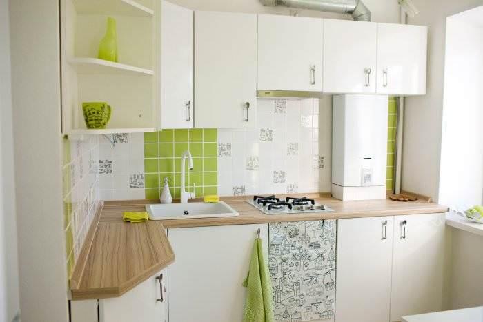 Угловая мойка в интерьере кухни.
