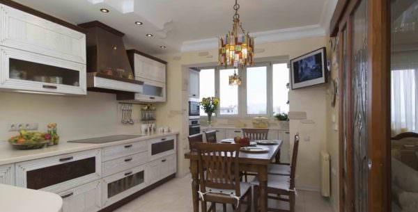 угловое размещение телевизора на кухне
