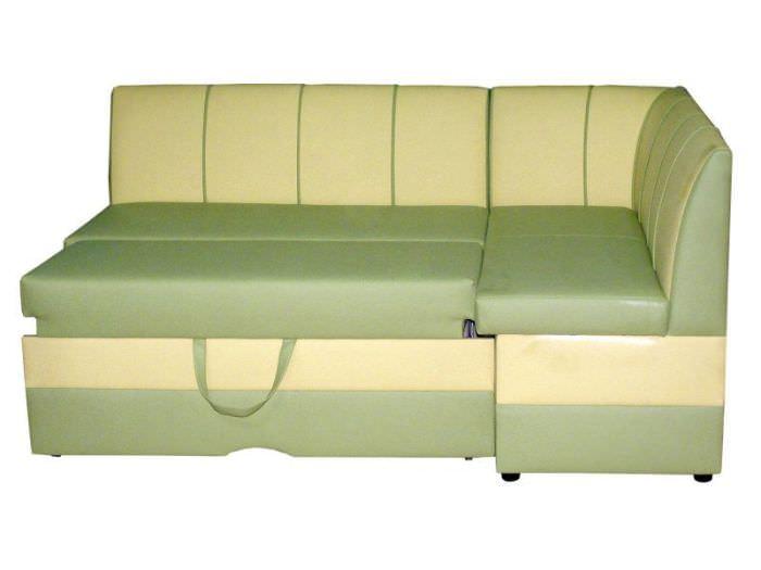 Угловой диван с кожаной обивкой.
