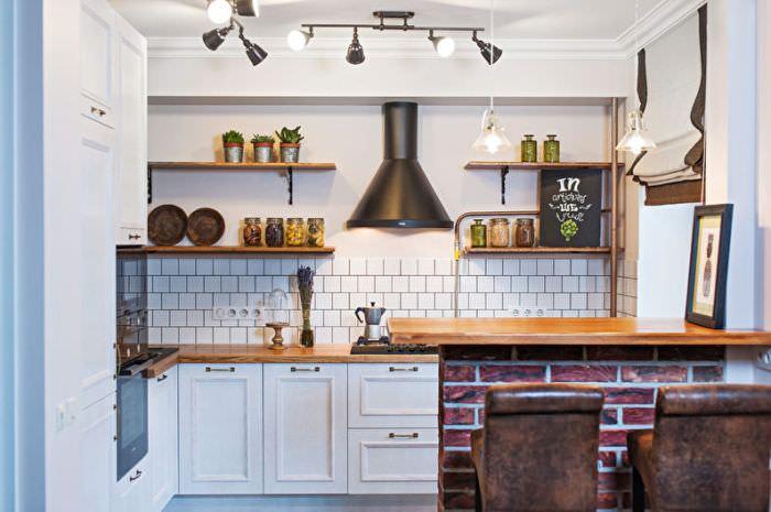 Угловые полки на кухне.