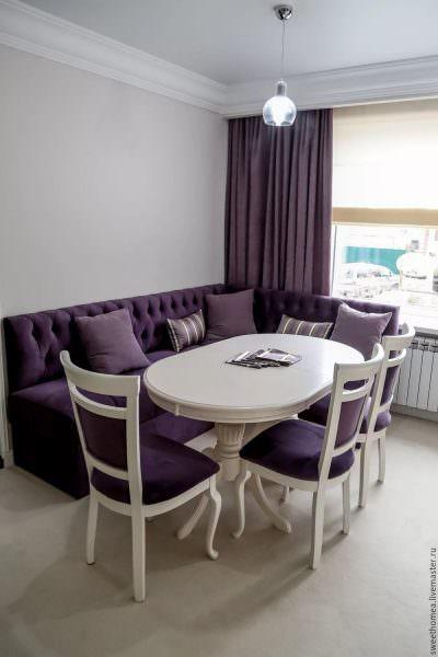 велюровый угловой диван в кухонном интерьере