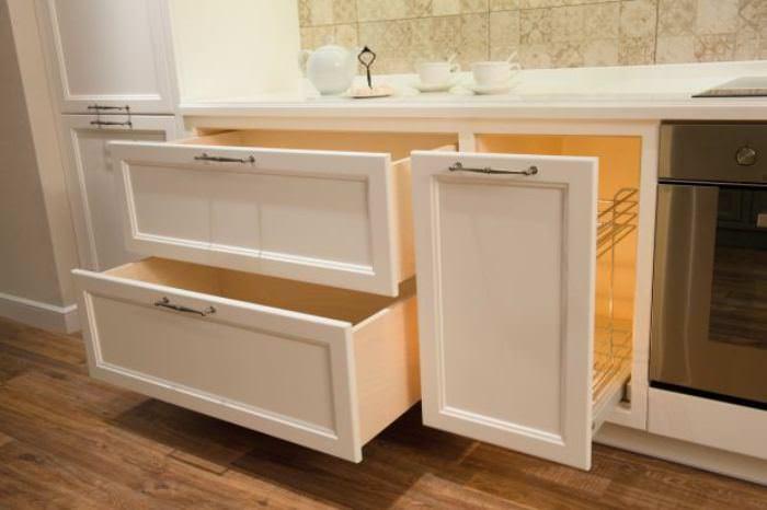 выдвижные ящики на кухне.