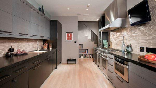 Жидкокристаллический телевизор в интерьере кухни