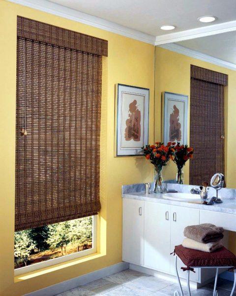 Если выбрали жалюзи, то очень красиво смотрятся жалюзи из бамбука и разных видов дерева.