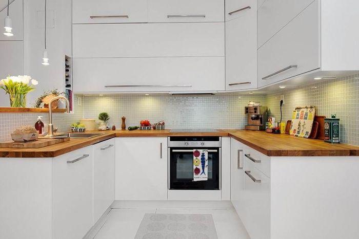 П-образная деревянная кухня.