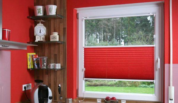 Практичным вариантом для небольшого пространства станут рулонные шторы, которые очень удобны, а также компактны.