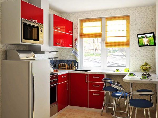 Чтобы сэкономить место, маленькая семья может приобретать для дизайна кухни в хрущевки компактные модели холодильника, плиты и прочих элементов бытовой техники.